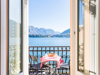 Elegant lakefront apartment w/ incredible views - walk to the ferry!