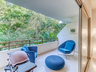 Family-friendly apartment with pool and jungle views, and balcony!