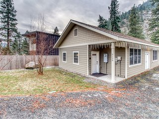 Cozy riverfront cottage w/ canyon view, covered patio - walk downtown!