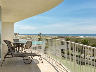 Unbeatable condo w/Gulf views from balcony, shared hot tub, & swimming pool