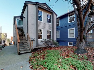 Dog-friendly Queen Anne townhome with full kitchen, WiFi & cable!