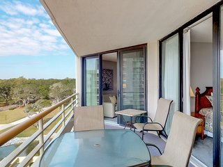 Beautiful ocean front condo with shared pool, and tennis court!