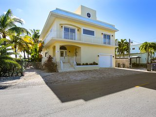 New listing! Waterfront home w/quick beach access, private gas grill & dogs ok!
