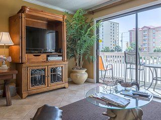 Gulf view condo 100 yards from the beach w/ balcony - walk everywhere!