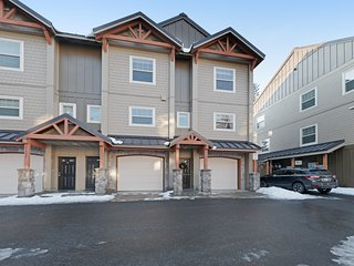 Modern mountain townhome w/ shared pool & hot tub, patio & easy ski access!