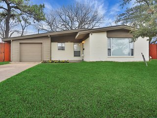 Family-friendly home w/free WiFi, large backyard- Close to Six Flags over Texas!