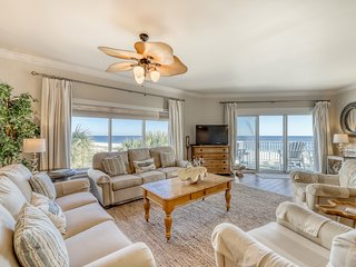 Waterfront corner condo w/ shared outdoor pool, gym & marvelous Gulf views