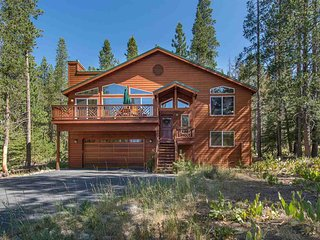 Remodeled mountain chalet w/ a full kitchen, foosball table, & gas fireplace