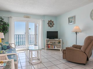 Gulf front condo w/ immediate beach access & outdoor pools - snowbirds welcome!