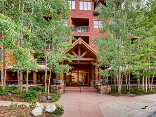Mountain view condo steps from the gondola with shared pool/hot tubs/gym!
