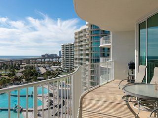 Luxurious condo overlooking the Gulf of Mexico w/shared hot tub, pools, & more!