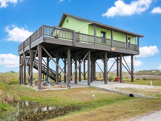 NEW LISTING! Adorable home with lots of space- close to the Gulf & ferry