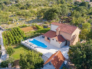 Nice home in Mravnica w/ WiFi and 3 Bedrooms (CDJ117)
