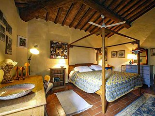 Chianti Vineyard Hilltop Bed & Breakfast - Martina Room