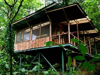 Private treehouse in the middle of the jungle w/outdoor dining area and balcony