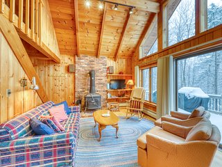 Cozy and warm home on the shore of Lake Rescue, beach access, kayaks, & WiFi