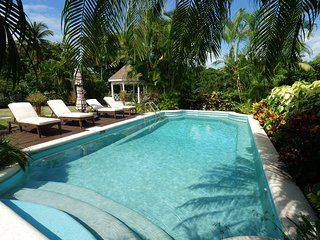 Gibbs Lodge: Private Luxury by Gibbs Beach (Less than 3 minute walk to beach).