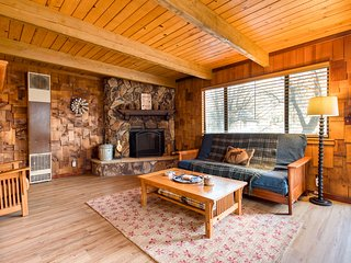 Cozy home with spacious deck, cozy fireplace - small dogs welcome!