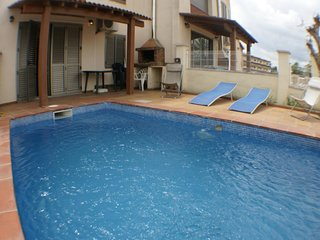 Casa de 4 habitaciones, 2 banos, piscina privada, amarre, wifi