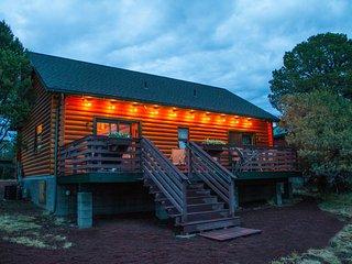 Grand Canyon Log Cabin, Welcoming, Cozy & Quaint