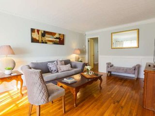 5 min to downtown and 15 min to beach.  Family-friendly home w/ playroom and mul