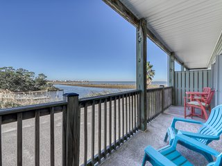 Dog-friendly condo w/ views of the bayou, shared pool - close to the bayou!