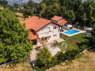 Beautiful home in Prolozac Donji w/ WiFi and 4 Bedrooms (CDE205)
