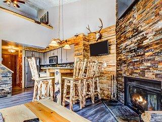 Rustic, mountain getaway w/shared pool, sauna, & more!