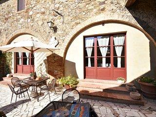 Bright, spacious villa with pool near Siena