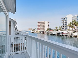 Bayfront townhome w/ gorgeous balcony views & large dock - walk to beach!