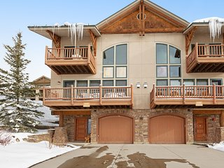 Dog-friendly home w/ gas fireplace, shared hot tub, & mtn views - walk to lifts!