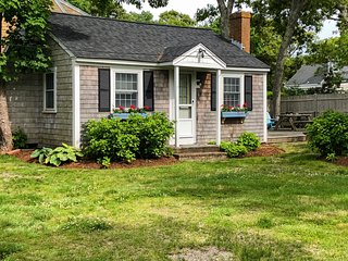 Harwich port Beach Cottage, Walking distance to beach W/ Fireplace & Grill