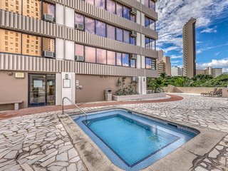 Two-story condo w/ shared pool, hot tub, rooftop deck, & views of Diamond Head!