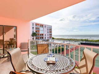 Beachfront Beauty, Pool, Tennis, Hot Tub, BBQ, W/D, Free Wi-Fi & cable, big balc