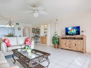 Beachfront Beauty, Pool, Tennis, Hot Tub, BBQ, W/D, Free Wi-Fi & cable, big balc