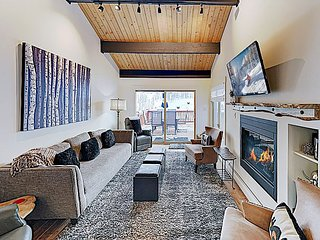 Large Deck & Private Hot Tub - Near Skiing, Hiking, Shops & Dining