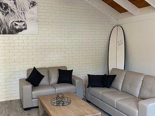 Modern, AC, Wifi, SPA, Foxtel, STEPS to shops & Dog beach ~ Villa Coolum Breeze