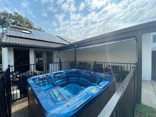 STEPS to shops & Dog beach, Modern, AC, Wifi, SPA, FOXTEL sports - Villa Coolum