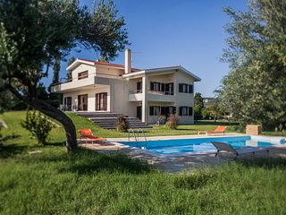 5 bedroom villa pool & large garden Serenata
