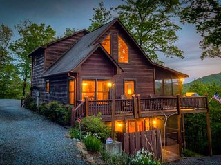 Quiet cabin w/Breathtaking mountain views, game room & private hot tub