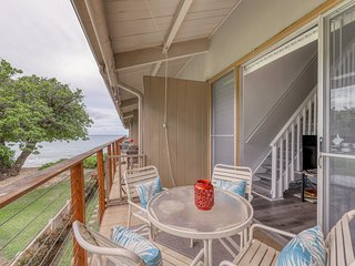 Oceanfront condo w/ lanai & shared pool - walk to the park, beach & snorkeling!