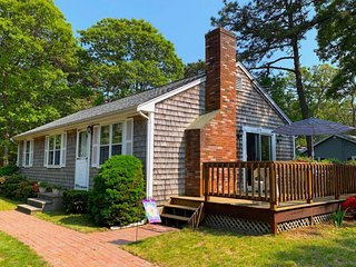 Cute ranch Eastham home w/ deck, gas fireplace, outdoor shower, & free WiFi!