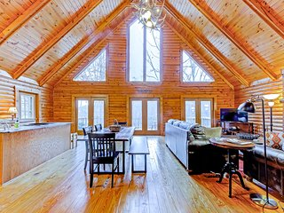 Family-friendly lakefront home w/ pool table, and private dock!