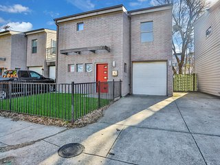 Charming two-level condo w/enclosed yard, patio, close to downtown - dogs ok!