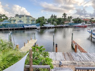 Canal-front townhouse w/ dock, large deck & water views - dogs OK!