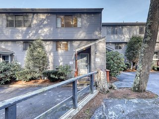 Centrally-located townhouse w/open kitchen & balcony