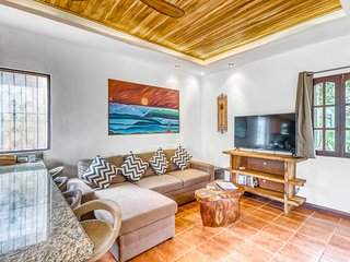 Quaint, stylish condo with shared pool - walk to dining and the beach!