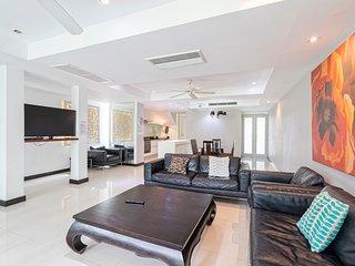 4 bed golf villa, private pool 10 min Patong beach