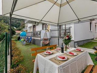 Beautiful apartment in Kamenari w/ WiFi and 3 Bedrooms (MNH223)
