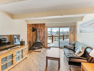 Modern mountain villa w/fireplace, grill, & great balcony views - Bus to slopes!
